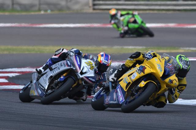 画像: レース1/2とも、ウエストとデチャのヤマハ勢同士のトップ争い。このレースではこのふたりが抜けてました!