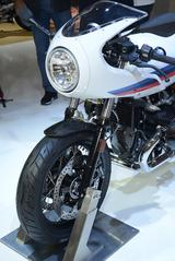 画像: シンプルな形状ながら、カウルは凝った造り。ヘッドライトのバルブカバーにはBMWのロゴが。