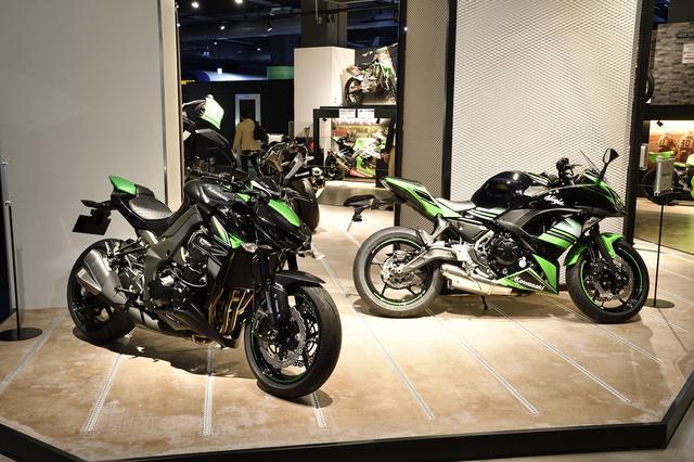 画像: リニューアルオープンを記念して、「2017 MODEL FAIR」も開催中。インターモトで発表されたばかりのモデルが展示されているのだ。写真は2017年型の「Z1000 ABS(左)」と「Ninja 650 ABS(右)」。
