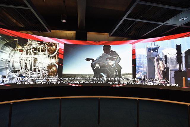 画像: 約14メートルのワイドスクリーンでは、川崎重工の陸・海・空にわたる製品を、迫力の映像で紹介。
