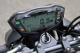 画像: GSX-S1000と同タイプの一体型液晶メーターは多機能なのが魅力。バーグラフ式タコメーター、ギアポジション表示、ツイントリップに平均/瞬間燃費計まで装備する。