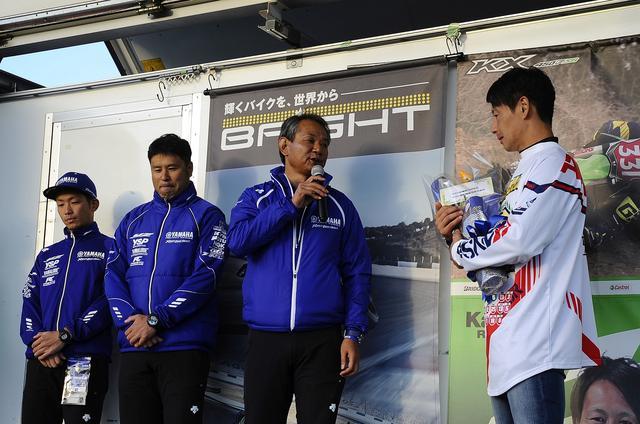 画像: 田中(右)に別れの挨拶をする中島さん。田中の人柄がにじみ出ているようです この後、奥様と子供たちも登壇。長男が大泣きしていたのを見て、僕も…><