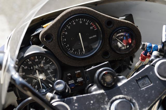 画像: スピードメーターを別体式としたレイアウトは、レーシングユースを意識したデザイン。当時のブームをうかがわせるアイテムだ。