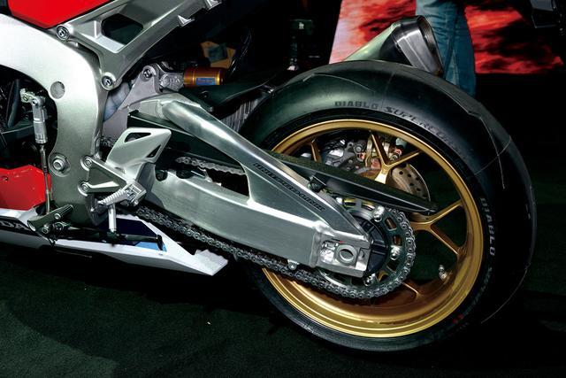 画像: 標準装着タイヤはピレリのディアブロスーパーコルサ。フレームの剛性最適化に合わせてスイングアームは縦剛性を見直し、一方でねじれ剛性を強化。重量も100g軽くなった。