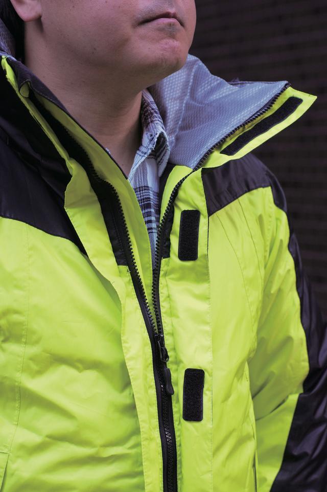 画像: ジャケット内部は肌触りの良い素材。防水、防寒性に優れているので、通勤、通学ライダーにもオススメ。腰のロゴは反射材となっている。襟部分は非常に高さがあるので、ネックウォーマーが不要になるのもポイント。また、フードは取り外しが可能だ。
