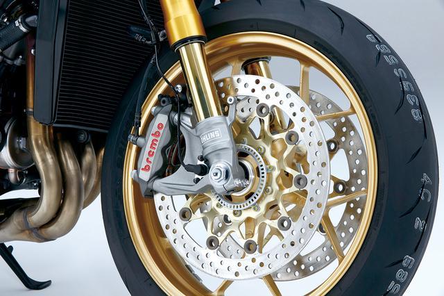 画像: フロントフォークは電子制御のオーリンズ製NIX30倒立フォークを採用。ブレーキキャリパーはブレンボのモノブロックで、SP2はこれにマルケジーニ製のアルミ鍛造ホイールが加わる。