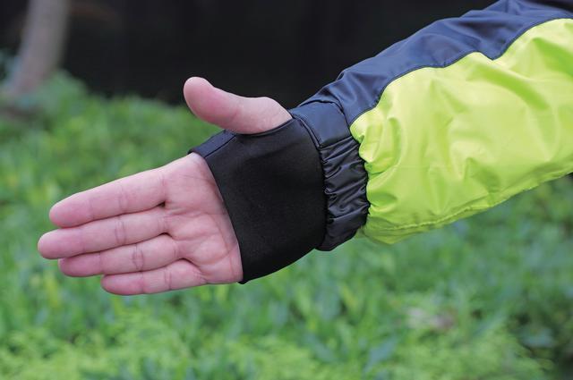 画像: 走行時、手首まわりが露出しないように「袖口リストガード」を装備。グローブ装着時の違和感は皆無だ。