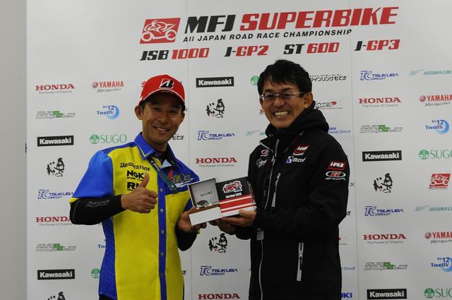 画像: GP3クラスのポールシッターに贈られる「富沢祥也賞」 プレゼンターはノビーさん、このふたり、師弟関係やないかw