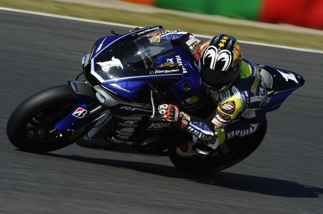 画像: コースで見てても、ひとりだけ速いッ!って感じる中須賀+R1 速いマシンはカッコいいねぇ!