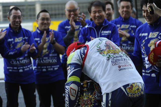 画像: レース2が終わって、中須賀はチームスタッフに深々と一礼。いいチームだなぁ!