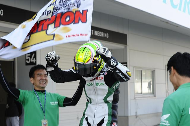 画像1: <全日本ロードレース>ST600は大逆転の王者決定! ~モトバムホンダ榎戸 初優勝初チャンピオン!~