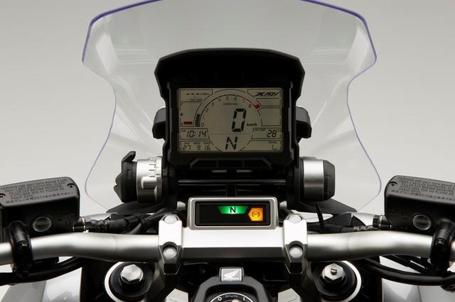 画像: 大型の液晶メーターは視認性にも優れたデザイン。