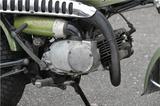 画像: 50㏄から125㏄までシリーズ通して2サイクルエンジンを採用する。また、エンジン下にゆとりある最低地上高確保のため、エキゾーストパイプはアップライトな取り回しとなる。