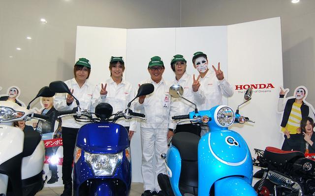 画像: 最後は鈴木哲夫・本田技研工業株式会社 執行役員も交えて記念撮影。 短い時間でしたが、メンバーのバイク好きっぷりが端々に感じられるひとときでした。