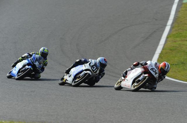 画像: トップ集団が3台となって栗原がトップへ。このオーダーなら栗原がチャンピオンです