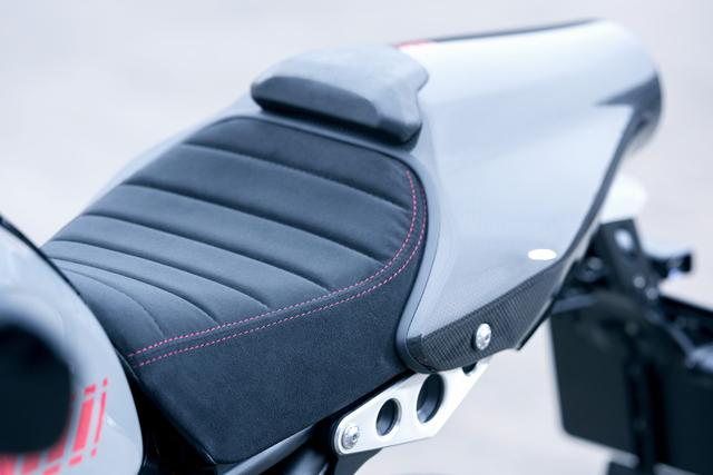 画像: スエードの高級感あふれるシートには赤いステッチが入ります。