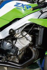 画像: シリンダーを30度前傾させることで、吸排気効率の向上と前後重量配分の最適化を図ったサイドカムチェーン4気筒エンジン。カワサキらしい、やや粗い感触とともに高回転まで一気に吹け上がるピーキーな味付けだった。
