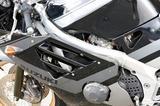 画像: フレームとタンクの隙間から顔を覗かせるキャブレター。GSX-R250まで採用されていたアイサン製の1ボディ2バレルキャブから、ミクニ製の4連スリングショットキャブに変更され、レスポンス特性の向上が図られた。