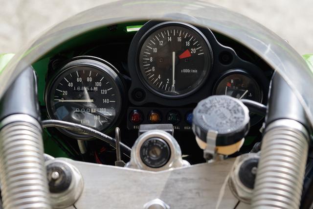 画像: レーサー転用時にスピードメーターだけを簡単に取り外せるようにしたインストルメントパネル。1万9000回転から始まるタコメーターのレッドゾーンは、90年に登場するCBR250RRとともに、量産市販車最高の回転数だった。