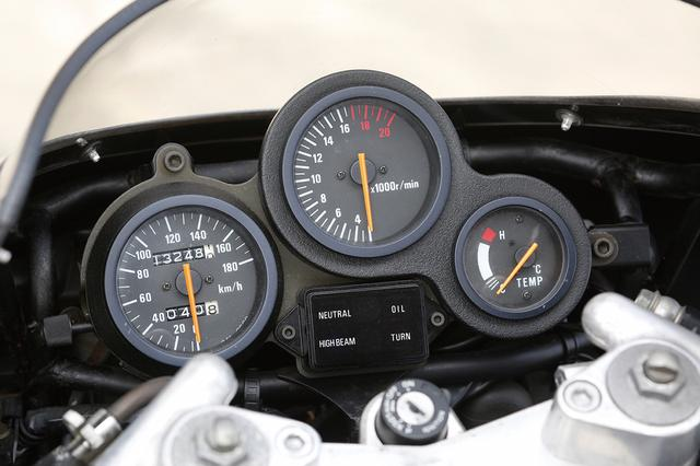 画像: レーサー転用時の利便性を考慮して、タコメーターと水温計をセットにして硬質スポンジにマウントし、スピードメーターのみを別マウント。当時のスズキのレーサーレプリカモデルを象徴するメーターレイアウトだ。