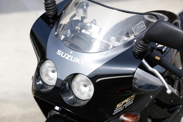 画像: カウリングとヘッドライトレンズがツライチだったGSX-Rのデザインに対して、カウリングをスラントさせ、ヘッドライトを奥に追い込むことでより立体感を持たせたマスクデザイン。この個体に装着されているミラーは非純正だ。