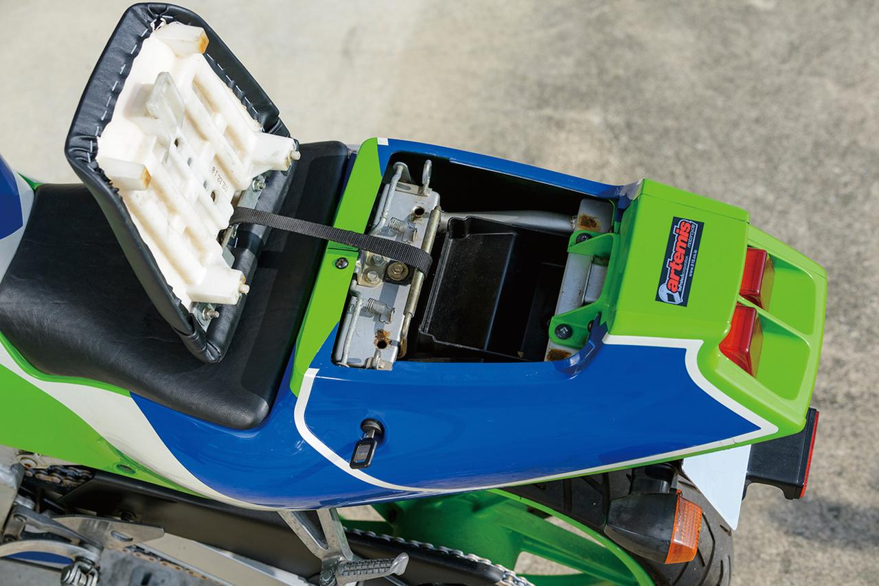 画像: レーシングライクなセパレートシートを採用。フロントは前方のクッションをサイドまで回り込ませて、足着き時の快適性を高めている。タンデムシートはキー操作によって取り外し可能で、脱落防止のベルトが装着されている。