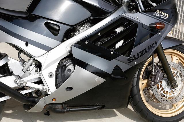 画像: 先代GSX-R250をベースに、動弁系から吸排気系まで大幅なブラッシュアップが図られた水冷DOHC4バルブ4気筒エンジン。スペック上はライバルと肩を並べるが、その特性はビギナーにも扱いやすく仕上げられていた。