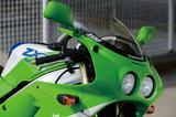 画像: アッパーカウルのサイズに対してやや小振りな丸型2灯ヘッドライトを採用。K-CASのインテークダクトは当時の若いライダーの心をときめかせた。91年のフルチェンジでヘッドライトは左右一体型の2灯式に変更される。
