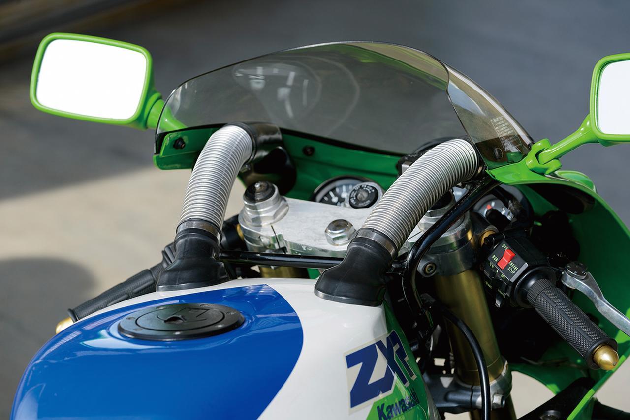 画像: アッパーカウル上部から取り入れた走行風をシリンダーヘッドまわりに吹き付けることで、エンジンの冷却を促進するK-CAS(カワサキ・クーリング・エア・システム)を採用。これが後にラムエアシステムへと発展していく。