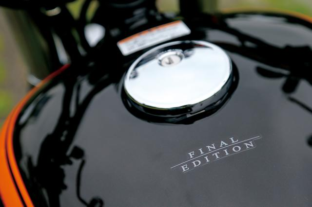 画像: タンク上面、給油口の後ろに控えめに「FINAL EDITION」ロゴがあしらわれている。