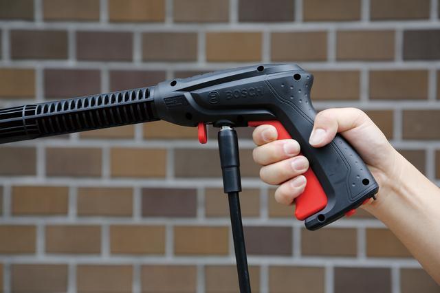 画像: グリップ部の赤いレバーを握り込むと水を噴射できる。また、レバーを握る力加減によって水流の強さも変化させることができる。