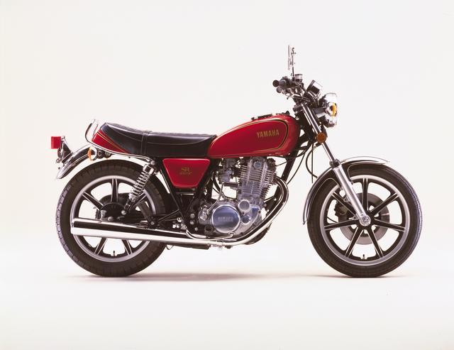 画像: 1979年10月 YAMAHA SR400SP ブリリアンレッド SRがはじめてモデルチェンジをしたのは初期モデル発売の翌年。当時、スポーツモデルに総じて装着されてい たキャストホイールを採用。名称をSR400SPに変更した。今現在はSR乗りから支持されるキャストホイールだが、発売当時は人気が出ず、結果的に中古市場でも希少車となった。