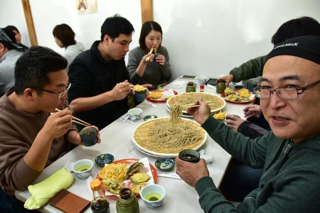 画像: 目的地の「農林漁家高齢者センター」で、地元のおじいちゃんおばあちゃんが打つ新蕎麦を頂き…