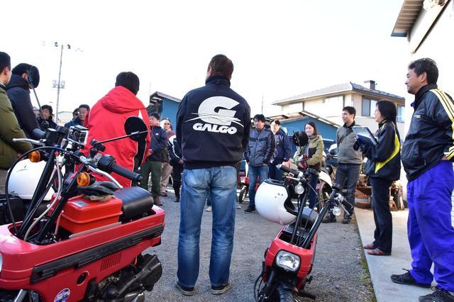画像: 早朝、各地からモトコンポをはじめさまざまなオートバイに乗った参加者やスタッフ約40人が集合。出発前にはこの日のルート、注意事項などを説明するミーティングもしっかり行われます。