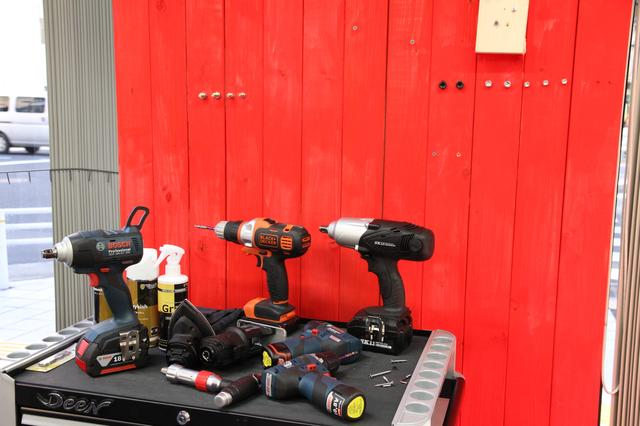 画像: 電動工具の体験コーナーもあります。目の前の赤い壁に向かって、ネジを試し打ち。壁がネジで埋まったら、交換するんだそうです。