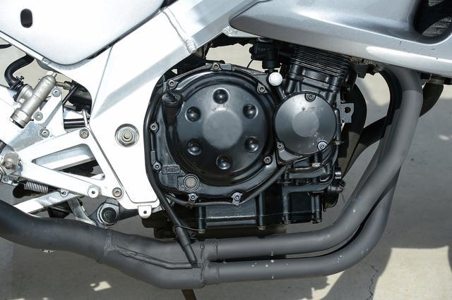 画像: ストレートインテークやSCAI、SPECなどを特徴とする水冷DOHC4バルブ並列4気筒は、基本的にGSX-R250Rと共通。GSX-Rほどのトップスピードを必要としないため、5、6速のギア比を落として加速重視の特性に振っている。