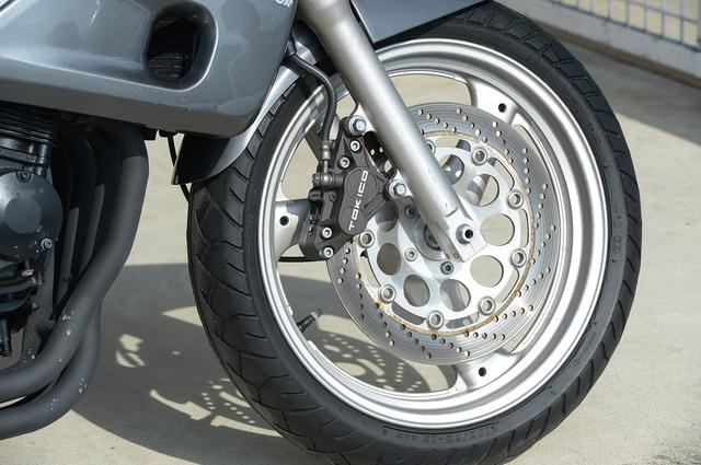 画像: GSX-R250Rとは想定される常用速度レンジが異なるため、フロントブレーキは小径ダブルから大径シングルに変更。バネ下荷重が減ることから、多用する低中速域におけるフットワークの向上にも少なからず影響している。