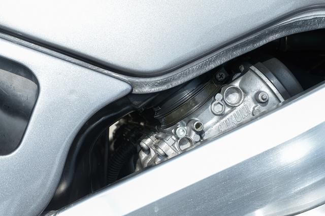 画像: 先代GSX-R250の1ボディ2バレルキャブに対して、1シリンダー1ボディのミクニ製スリングショットキャブレターを採用。これもセッティングを含めてベースとなったGSX-R250Rと共通ユニットとなっている。