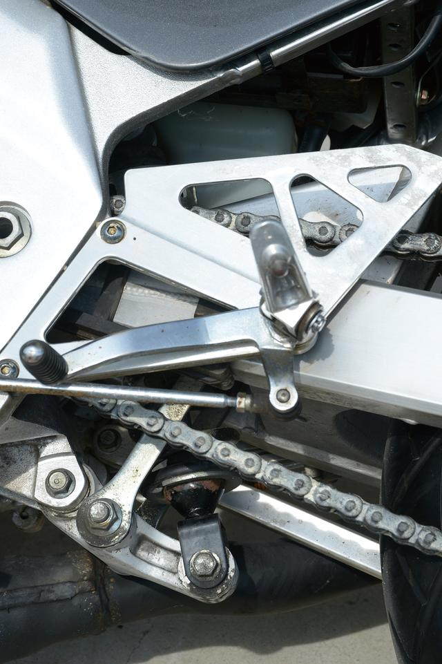 画像: ストローク量が増えるに連れて硬さを増すボトムリンク式モノショックサスペンション。調整範囲はスプリングプリロードのみとなっている。シフトペダルは操作フィーリングに優れるステップ同軸式となっている。