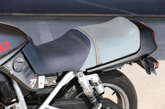 画像: 初期の1100Sカタナのバックスキン調シートは、汚れやすいという理由で2型からビニールレザー製に変更されたのは良く知られたところ。250のシートもビニールレザー製で、ネイビー×グレーのツートーンを踏襲。