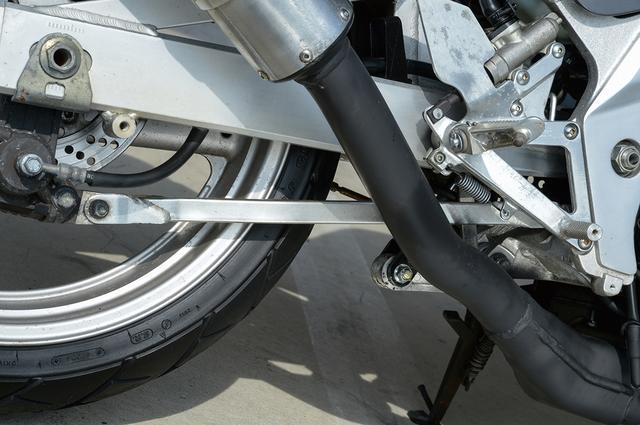 画像: リアブレーキのレイアウトもGSX-R250Rと共通。キャリパーを保持するトルクロッドをフレームに取り付けることで、ブレーキング時にリアタイヤを路面に押し付ける力が働き、ホッピングを抑止する効果を発揮する。