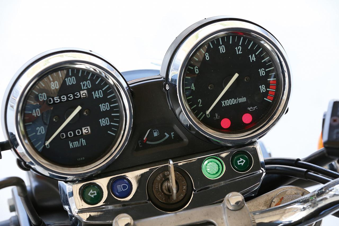 画像: 左にスピードメーター、右にタコメーターを配置、中央には燃料計も備えている。1万7000回転からレッドゾーンというアナログ式タコメーターからも、バリオスIIのエンジンの高回転型な性格がよく分かる。
