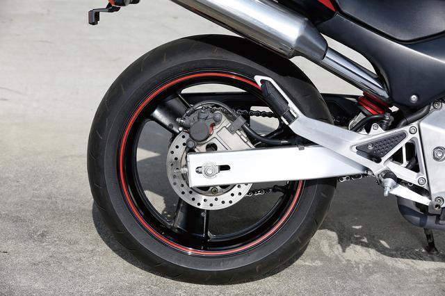 画像: 単にリアタイヤをCBR900RRと同じ極太サイズの180/55-17としただけでなく、スイングアームにはアルミ押し出し加工材を使用するなど、足回りには贅沢な造りを採用して、優れたハンドリングも実現している。