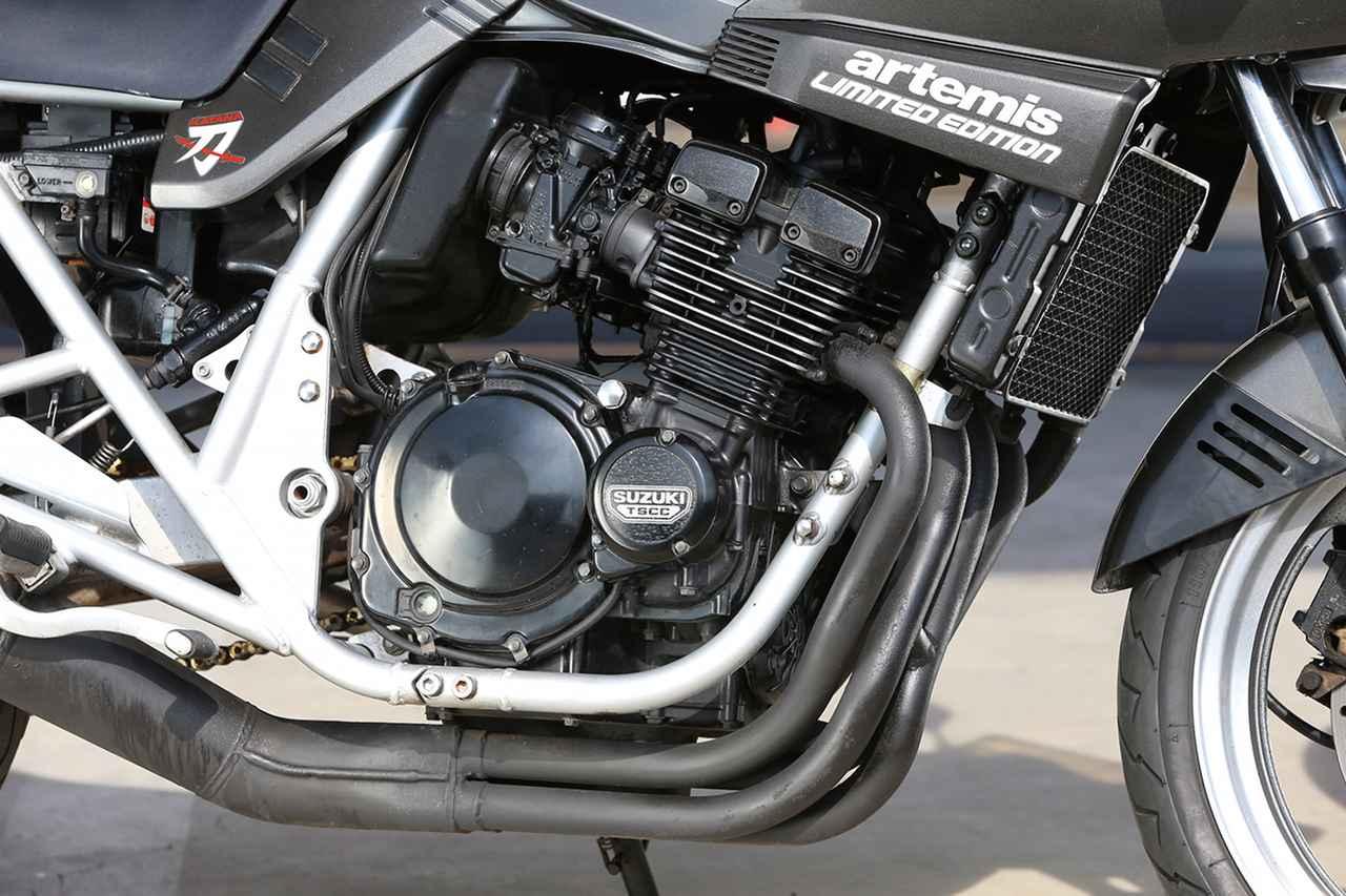 画像: バンディット250をベースに、エアクリーナー容量の拡大やキャブセッティングによって、常用回転域の力強さとレスポンスを強化。40PSの新馬力規制が適用されていた。エンジン外観も空冷風に入念にリメイクされた。