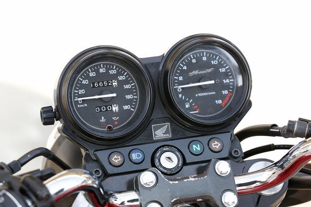 画像: コンパクトにまとめられたモダンなデザインのアナログ2連メーターユニット。左側の速度計は180km/h、右側の回転計は1万8000回転まで刻まれている。回転計の盤面左下には、燃料計も備えられている。