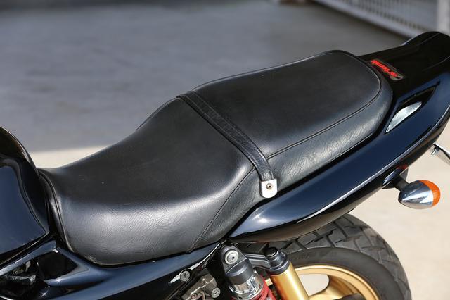 画像: クラシカルなゼファーシリーズのものより、ややモダンなデザインとされたシート。バリオスよりもより前方に、そして低くされたステップ位置や、高くされたハンドル位置と合わせて快適なポジションで走ることができる。