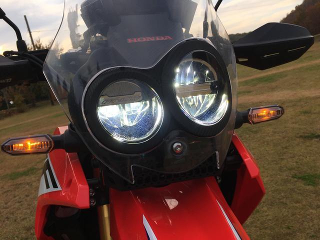 画像: ヘッドライトはハイで両眼点灯します。左側ヘッドライトの中には「RALLY」の文字が。