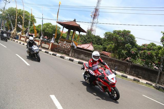 画像: スクリーン下にある物体はナンバープレート。インドネシアではバイクも前後にナンバーが付くのです。