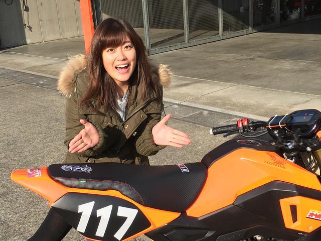 画像: エースライダーの「あいかつん」こと国友愛佳ちゃん。RIDE誌で活躍する彼女が乗る以上、RIDEワッペンは外せません。というわけで、丸直さんに特別に取り付けて貰いました!
