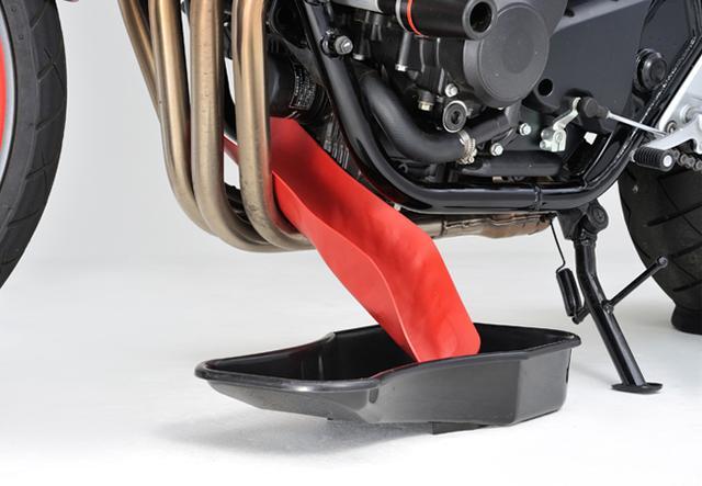 画像: 車両の形状に合わせて、形を整えるだけ。ただし、エンジンやマフラーが高温のときに使うと、溶ける恐れがあるのでご注意を。二トリルゴムでコーティングされているので、使用後は簡単にふき取りが可能だ。